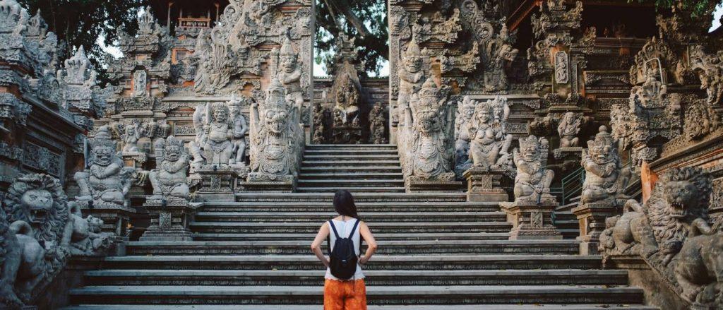 turystka przed świątynią